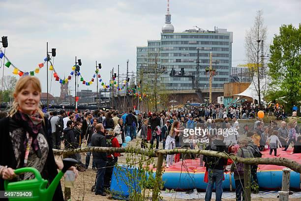 Zum Baubeginn des Möhrchenparks hat die Genossenschaft Holzmarkt zu einem Fest eingeladen Am Tag der Arbeit sind tausende Besucher der Einladung in...
