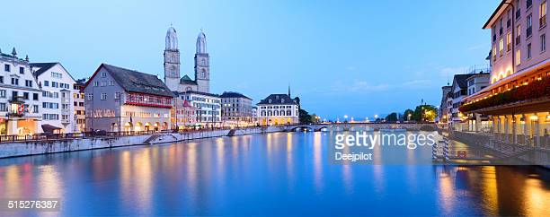 Grossmunster Kirche und die Skyline von Zürich in der Schweiz