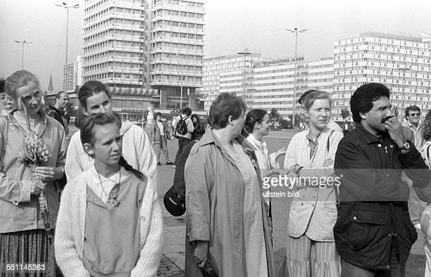 Zusammenkommen an der Weltzeituhr am Osterberliner Alexanderplatz um monatlich gegen die Wahlfälschung der am 7 Mai 1989 stattgefundenen...