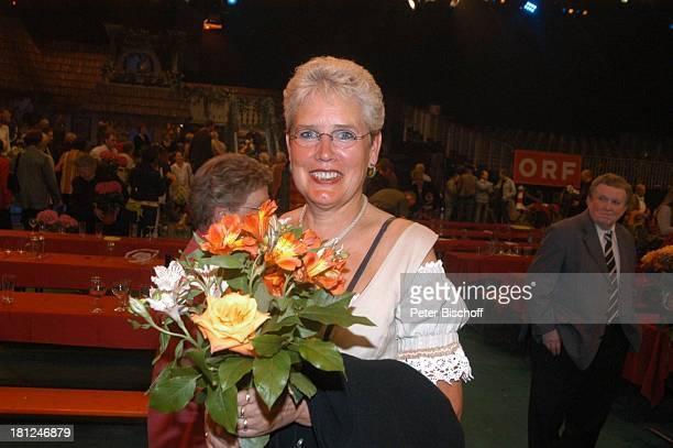 Zuschauerin aus dem Publikum mit 'Fleurop'Blumenstrauß nach der ARDMusikShow 'Musikantenstadl' Bremen 'Stadthalle' Zuschauerraum