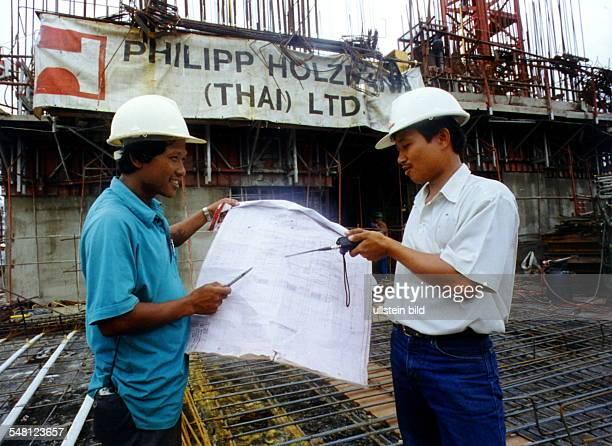 zwei Bauarbeiter der thailändischen Tochter des deutschen Baukonzern Philipp Holzmann