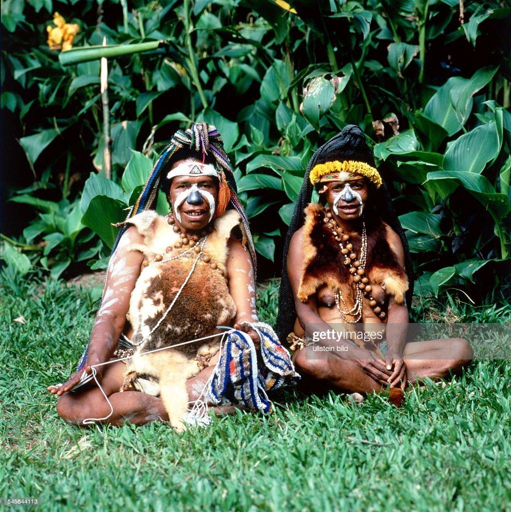 Zwei Frauen Angehörige des WikaStammmes in traditionellen TanzKostümen und mit Gesichtsbemalung in demOrt Aviamp / Mt Hagen 1998