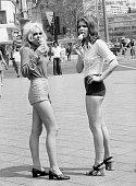 zwei junge Frauen in Hotpants auf demKudamm in Berlin beim Eisschlecken 1971