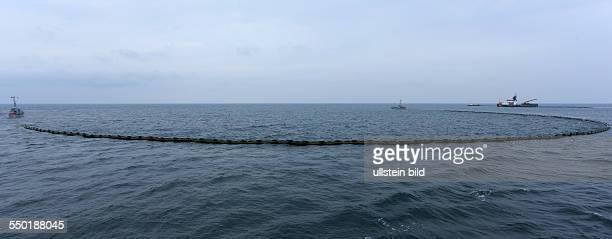 Zwei Schiffe schleppen eine Oelsperre auf der Ostsee vor RostockWarnemuende Waehrend der bisher groessten internationalen Uebung zur...