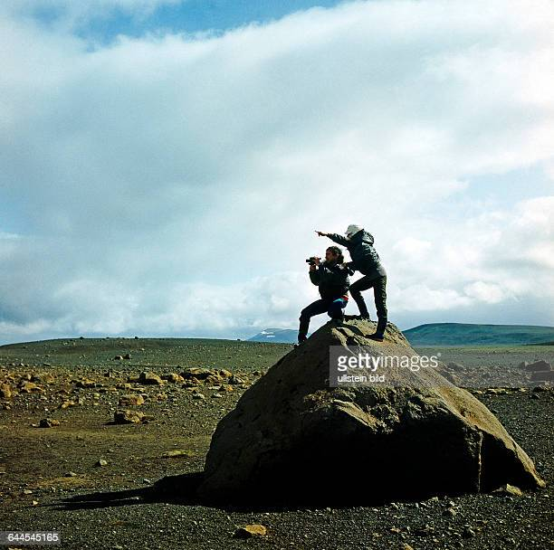 Zwei Touristen auf Hochlandtour halten Ausschau in der vom Vulkanismus gepraegten Naturlandschaft der Sprengisadur in Zentralisland