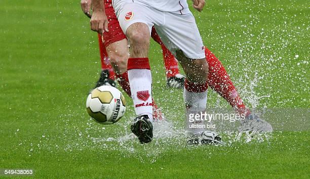 DFL Zweite Bundesliga Stadion der Freundschaft Cottbus Saison 09 FC Energie Cottbus Trainingsauftakt Kiebitztag spritzend Feature Wasser Regen nasser...
