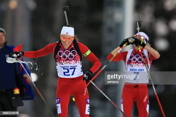 Zweiter Silbermedailiengewinner Silver Selina Gasparin sui und Schwester Elis Gasparin beim Trinken Biathlon 15 KM Frauen women im Laura Cross...