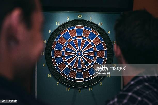 Zwo men playing darts