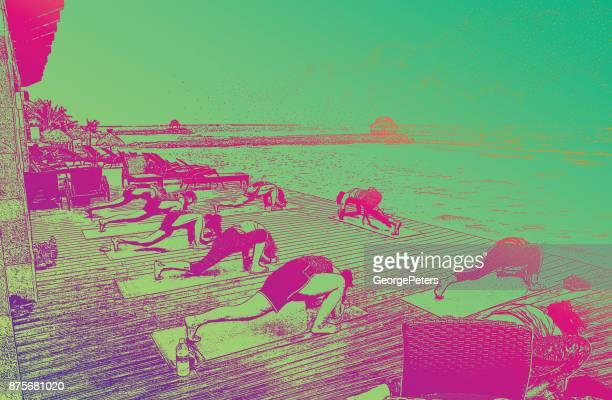 Entdecken Mexiko. Frauen genießen Yogastunde am Strand in einem touristischen Resort Riviera Maya