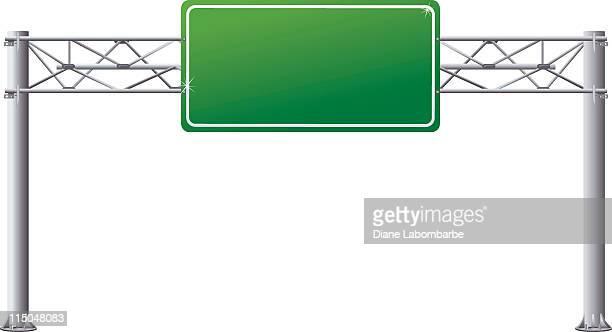 Vacía carretera de arriba direccional señal sobre postes