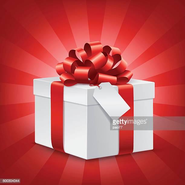 Boîte de cadeau avec étiquette vierge et noeud rouge
