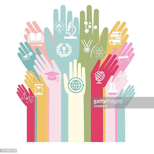 Manos con los iconos de la educación y de la tecnología