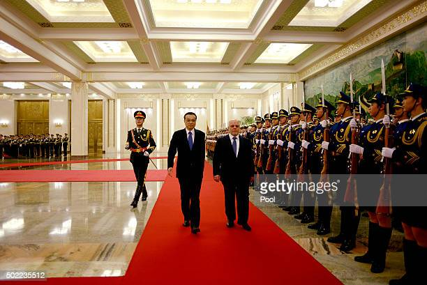 Iraqi Prime Minister Haider alAbadi and Chinese Premier Li Keqiang inspect a Chinese guard of honour during a welcome ceremony at the Great Hall of...