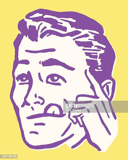 Homme Se lécher les lèvres et tenant doigt de la tête