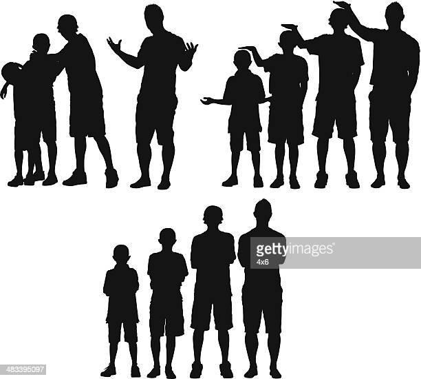 Mann stehend mit seinen Kindern