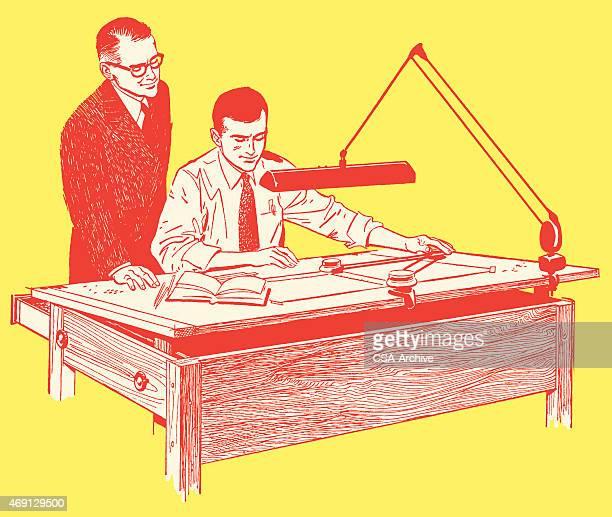 Zwei Männer über einen Entwurf im Büro-Schreibtisch