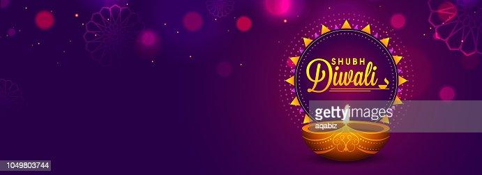 Diseño de encabezado o banner de web con candil realista sobre fondo púrpura para la celebración de Diwali Festival. : Arte vectorial