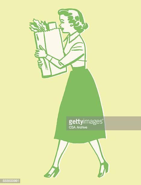 Femme porter le sac de courses