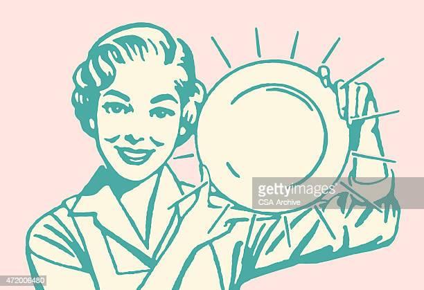 Femme tenant des plat
