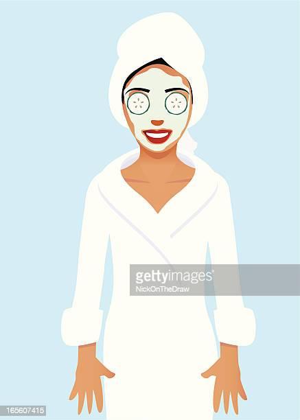 Frau mit Bademantel und Schönheitsbehandlung