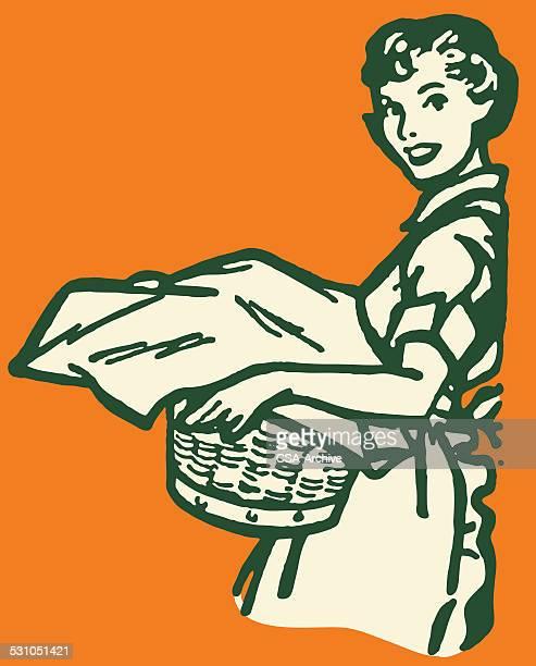 Femme avec panier rempli de blanchisserie