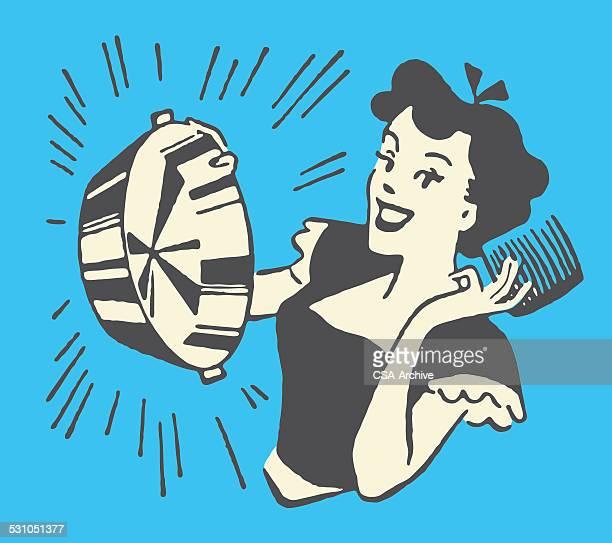 Femme avec des casseroles et brillant