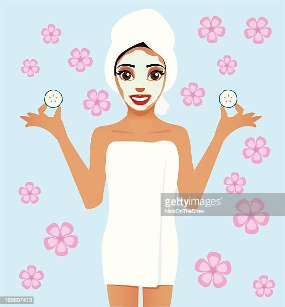 Frau mit Badetuch mit einer Schönheitsbehandlung
