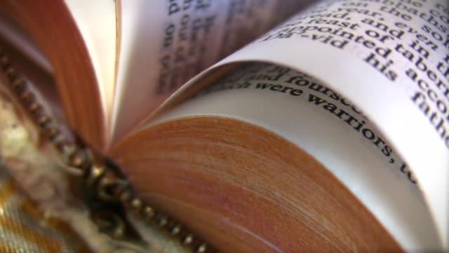 HD 1080 i Sacra Bibbia pagine di tornitura.