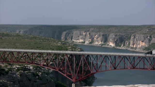 HD 1080 i camion andando over Texas Ponte 9