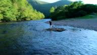 16-jaar oude tiener meisje maken selfie op het kleine eiland aan de Lehigh River in de buurt van Jim Thorpe