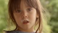 3 Jahre alte Kind, die Milch auf einem schönen Sommer Tag im The Porch