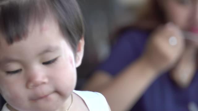 4k: asiatische kleine Mädchen essen Wurst Nahaufnahme