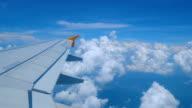 4 k Filmmaterial Flugzeugflügel fliegen durch die Wolken