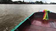 4 k film av lång svans båt huvudet på floden