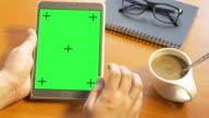 4k: hand holding blank mobile smart phone on green screen