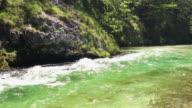 4k: berg rivier met drinkbaar water