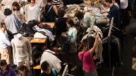 4 k Personen Einkaufen für Kleidung im Einkaufszentrum