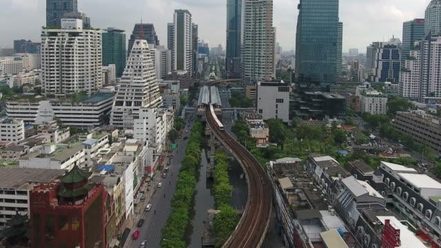 4 k Auflösung Stadtbild Ariel Ansicht Skytrain und Verkehr in zentraler Geschäft Bezirk von Bangkok City Thailand