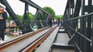 4 k timelapse: reiziger mensen bij de River Kwai Bridge van Thailand.