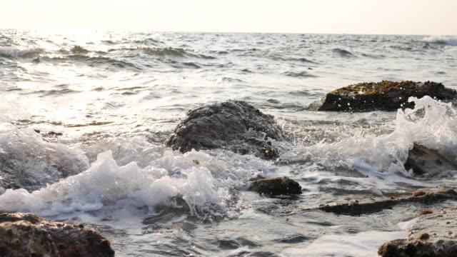 4 k : Wellen auf den Felsen