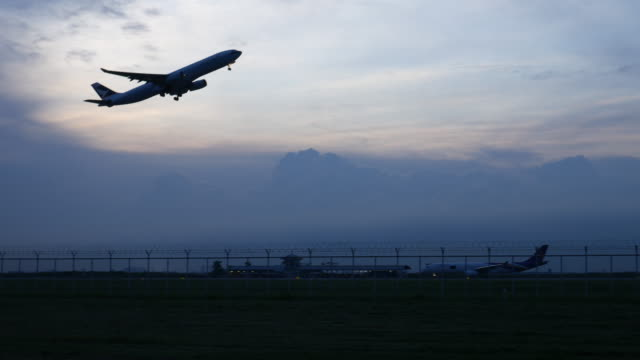 4K:Airplane opstijgen in de avond en twilight hemel