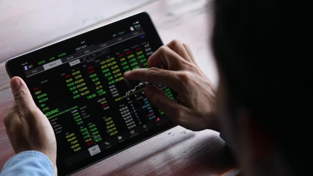 4K:business man checking stock