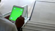 4 K: Uomo d'affari utilizzando la tavoletta digitale, schermo verde