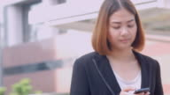4K:Business woman using smartphone and revice a call