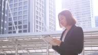 4 K: Donna d'affari utilizzando tablet nel centro della città
