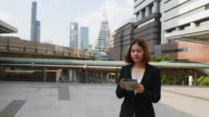 4K:business woman using tablet