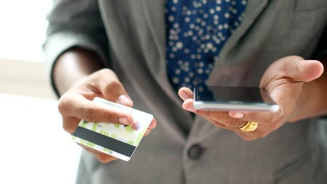 4 K: Geschäftsmann, online-shopping mit Kreditkarte