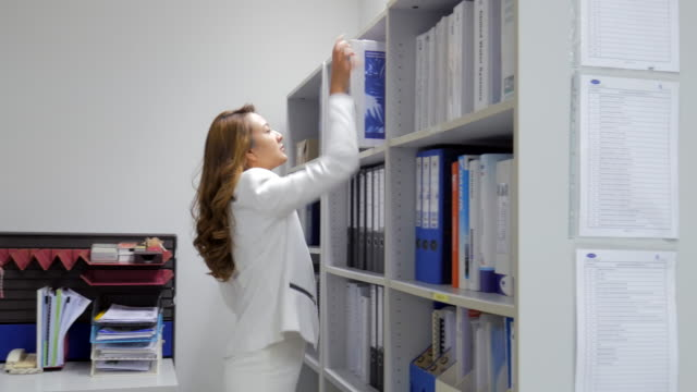 4K:Businesswoman finding the Documents