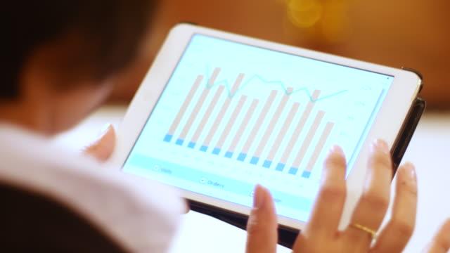 4 K: Geschäftsfrau, die business-Projekt und analysieren market data