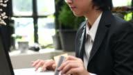4K:Businesswoman using computer shopping online